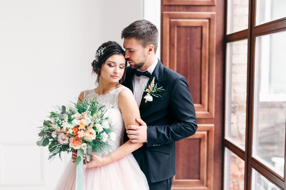 Позы жениха и невесты в фотостудии